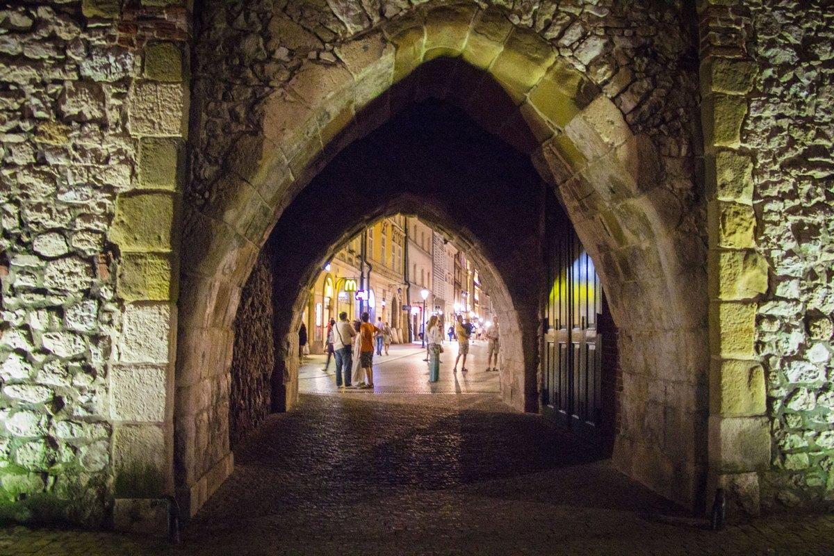 Вход в старый город через башенные ворота.