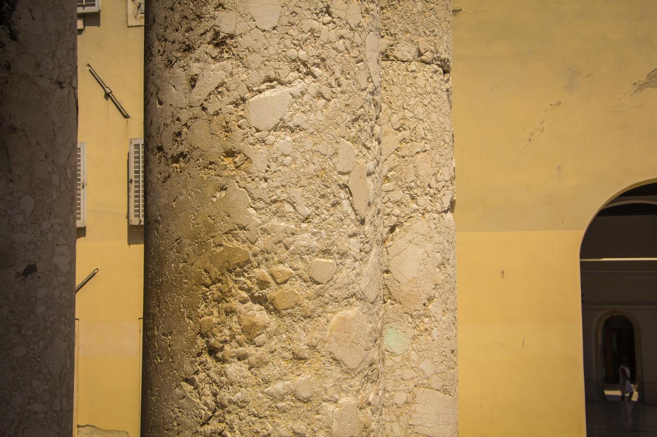 Шершавые колонны Храма Августа