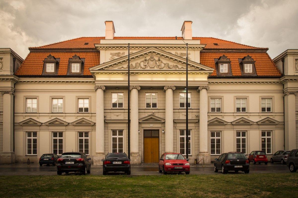 Красивое здание в центре с хорошей парковкой