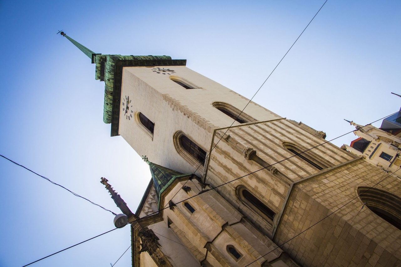Костел Святого Иакова (Якуба). XIII век, готика. В XVI в. добавили башню (90 м). Здесь одно из крупнейших костехранилищ Европы