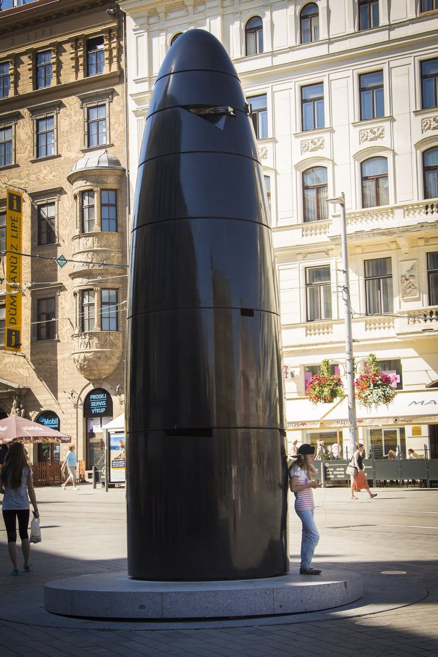 Куранты (Орлой), 2010 г. Внешне похожи на 6-метровую гильзу, сделаны из черного камня.  Эти часы бьют каждый день в 11 часов. В это время специальный механизм выталкивает пулю из стекла, и тот, кому она досталась, может забрать ее себе на память.